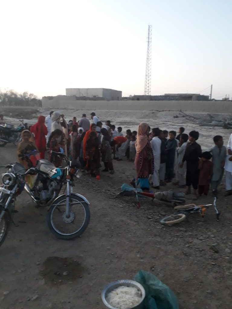 طبخ غذا برای سیلزدگان سیستان و بلوچستان توسط قرارگاه فرهنگی جهادی بقیه الله