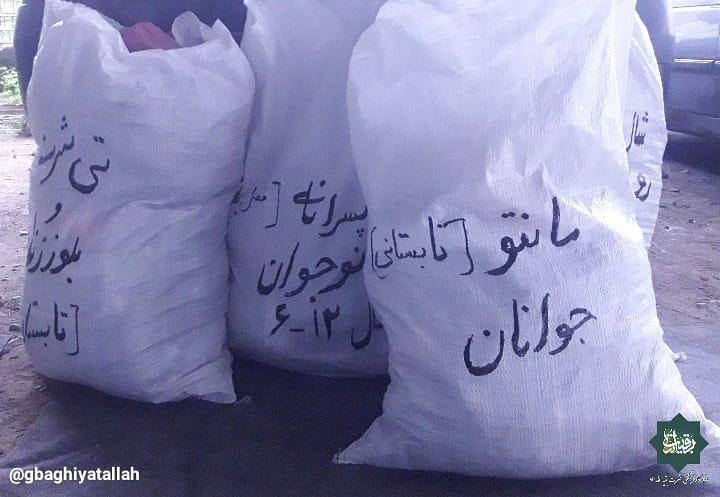 اهداء لباس به سیلزدگان سیستان و بلوچستان توسط قرارگاه فرهنگی جهادی بقیة الله