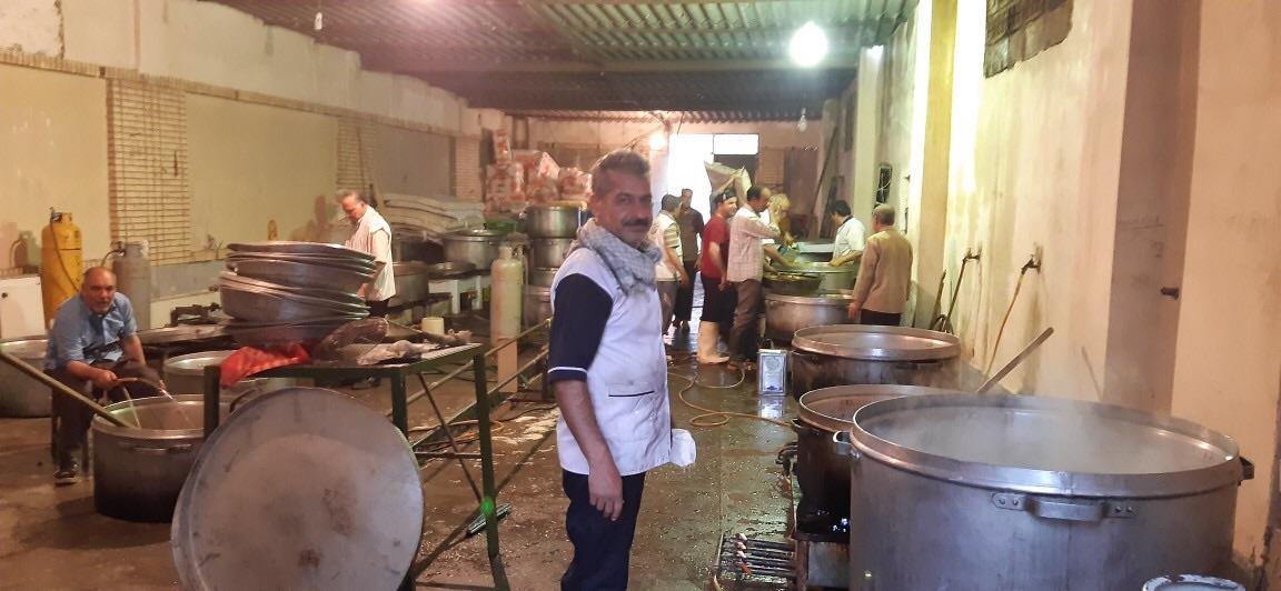 طبخ غذا برای سیلزدگان سیستان و بلوچستان توسط قرارگاه فرهنگی جهادی بقیة الله